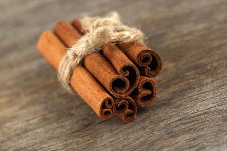 'cinnamon bark': Cinnamon bark on wooden table