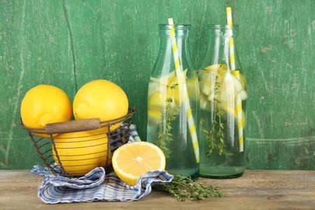 water thyme: Bebida fresca sabrosa con lim�n y tomillo, sobre fondo de madera