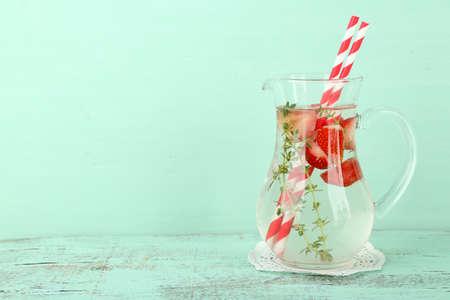 water thyme: Bebida fresca sabrosa con las fresas y el tomillo, sobre fondo de madera Foto de archivo
