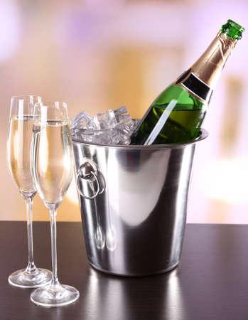 brindisi spumante: Champagne in bicchieri e bottiglie in ristorante Archivio Fotografico