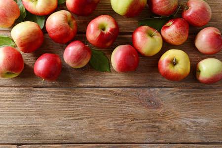 manzana: Manzanas dulces en el fondo de madera