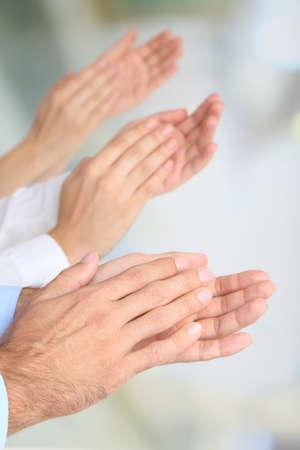 reconocimiento: Aplaudiendo manos en el fondo brillante