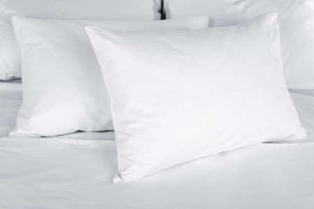 침대에 흰색 베개를 닫습니다
