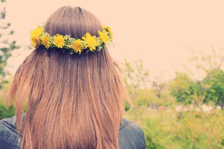 タンポポの冠を持つ女性の髪