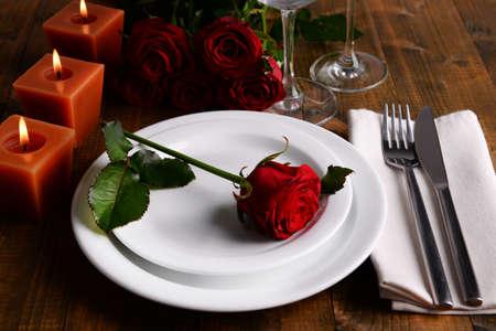 diner romantique: Table setting avec une rose rouge sur la plaque Banque d'images
