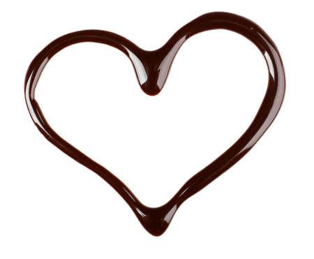 jarabe: Gotas de jarabe de chocolate en forma de corazón aislado en blanco