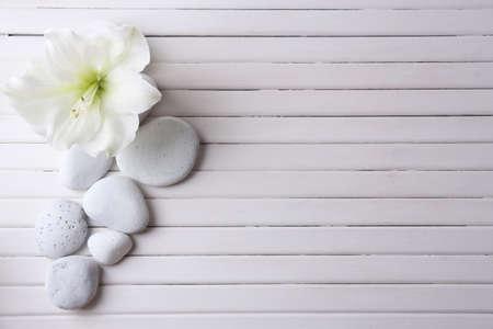 baño: Piedras del balneario en la mesa de madera