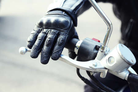 Hand rider on handlebars, close-up Banque d'images