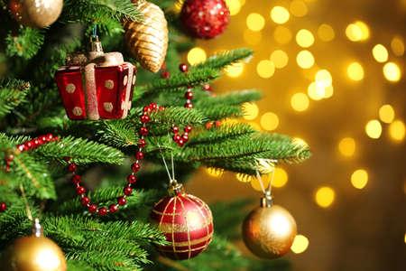 Árbol de Navidad decorado borrosa, fondo espumoso y hadas