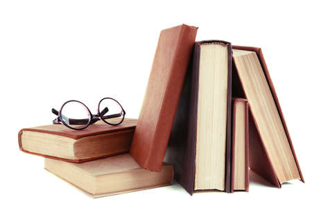 Boeken in een puinhoop en een bril op wit wordt geïsoleerd Stockfoto - 34073044