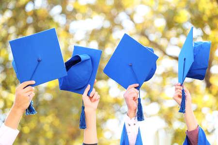 kapaklar: Lise mezuniyet şapka yüksek Stok Fotoğraf