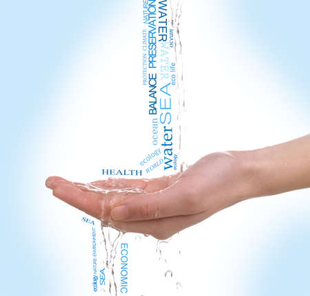ahorrar agua: Concepto de reserva de agua del mundo, palabras en la mano sobre fondo azul