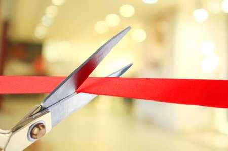 feier: Feierliche Eröffnung, rotes Farbband schneiden