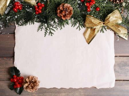 hojas antiguas: Tarjeta de Navidad sobre fondo de madera Foto de archivo