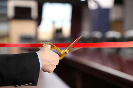 recortando: Gran apertura, cortando la cinta roja Foto de archivo