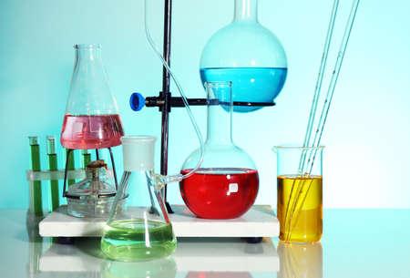 material de vidrio: Cristaler�a de laboratorio en fondo azul claro