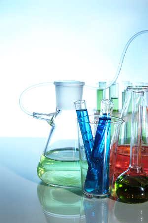 material de vidrio: Cristaler�a de laboratorio sobre fondo claro Foto de archivo