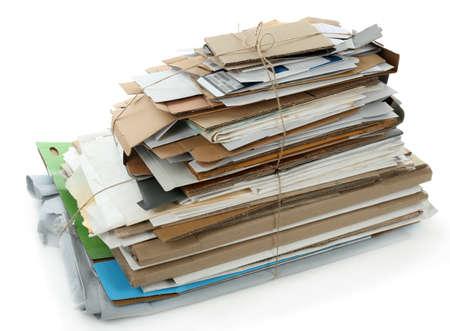 reciclar: Gran pila de papeles, aislado en blanco