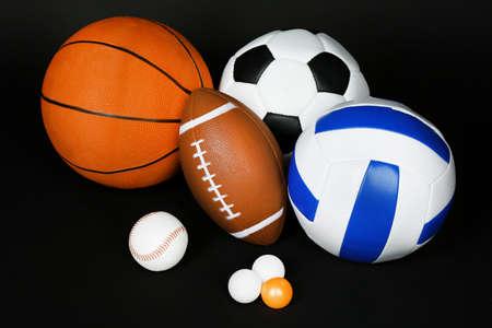 balones deportivos: Se divierte bolas en fondo negro Foto de archivo