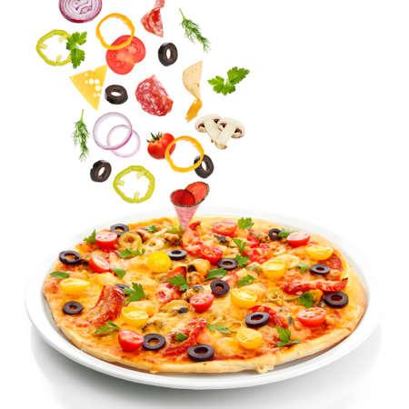 Smakelijke pizza en dalende ingrediënten op wit wordt geïsoleerd Stockfoto - 34801296