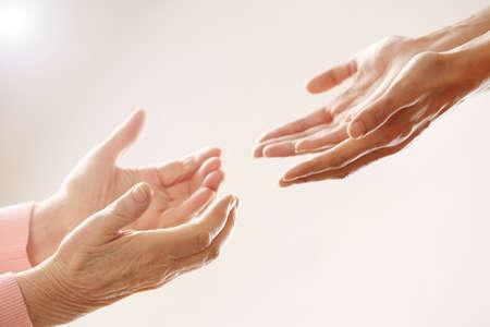 Helpende handen, de zorg voor ouderen begrip