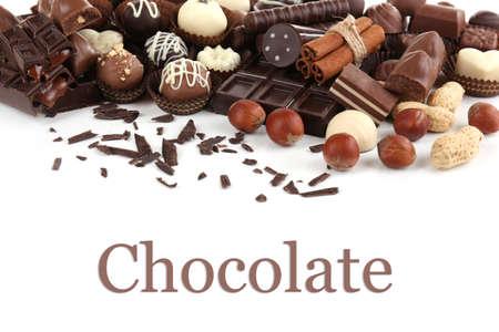 Heerlijke chocolade snoepjes op een witte achtergrond