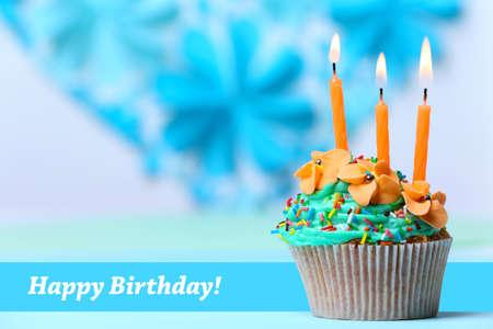 Leckere Geburtstags-Kuchen auf dem Tisch auf hellem Hintergrund Standard-Bild