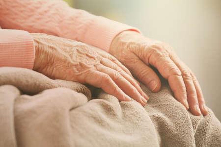an elderly person: Manos de la mujer de edad avanzada, se preocupan por el concepto de edad avanzada