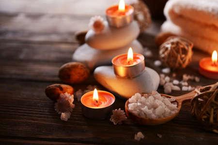 candela: Composizione del trattamento termale su sfondo di legno