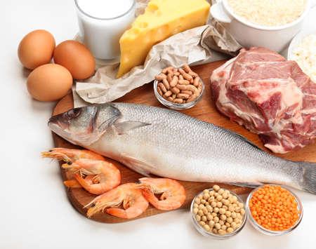 Voedsel hoog in eiwit geïsoleerd op wit