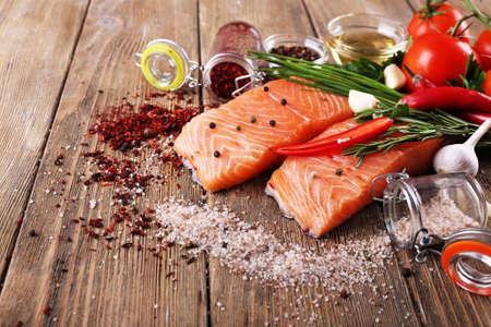 especias: De salmón fresco con especias en la mesa de madera