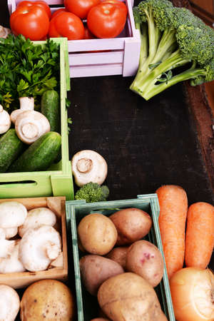 trompo de madera: Diferentes verduras en cajas en vista superior de madera Foto de archivo