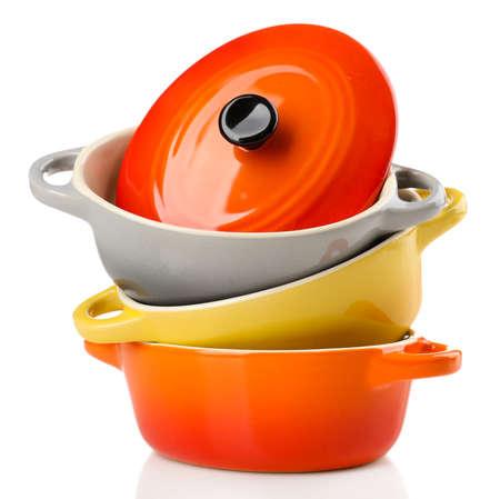 陶磁器の鍋。白で隔離されるスープ容れ 写真素材