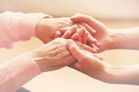 persona de la tercera edad: Manos amigas, cuidar el concepto de edad avanzada