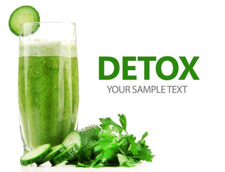 jugo verde: Copa de c�ctel de pepino aislado en blanco, el concepto de desintoxicaci�n Foto de archivo