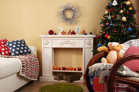 adornos navideños: Interior hermoso de Navidad con chimenea decorativa y abeto