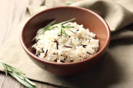 comida sana: Sabroso arroz servido en la mesa, close-up
