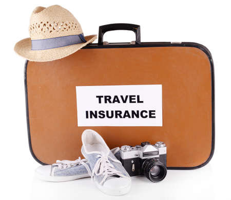 Reiskoffer met inscriptie reisverzekering op wit wordt geïsoleerd
