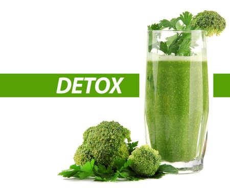 jugos: Vaso de jugo de vegetal verde con br�coli y perejil aislado en blanco, el concepto de desintoxicaci�n Foto de archivo