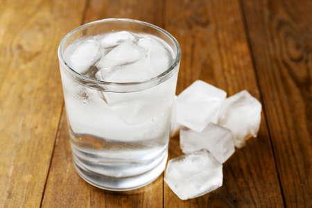 bebidas frias: Coctel del verano con cubitos de hielo en mesa de madera