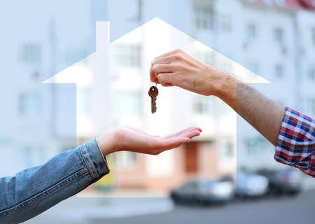 llaves: Llaves en las manos en el fondo la casa