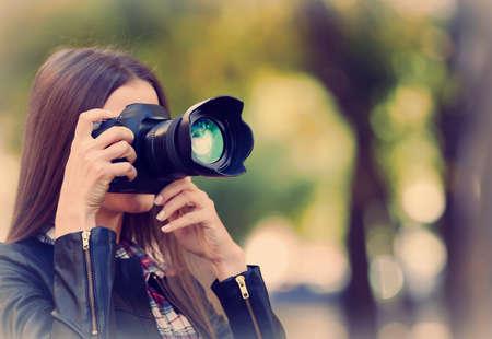 屋外の写真を撮る若手写真家