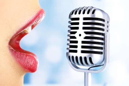 cantando: Mujer cantante y el micrófono retro, karaoke concepto