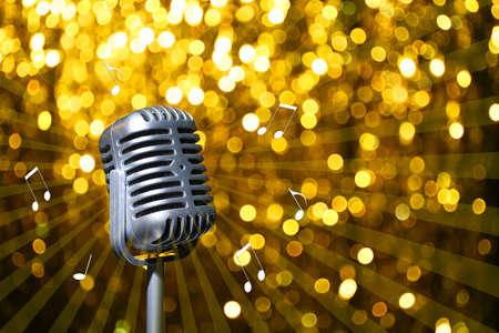 황금 축제 배경에 실버 레트로 마이크, 가라오케 파티 개념