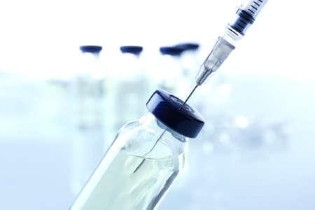 vacuna: Vacuna en vial con jeringa Foto de archivo