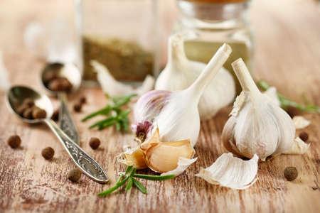 ajo: El ajo crudo y especias en la mesa de madera