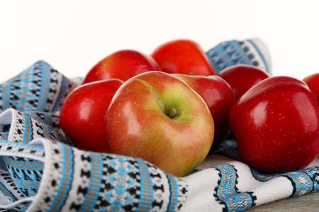 dish cloth: Heap of apples with dish cloth on wooden table isolated on white background