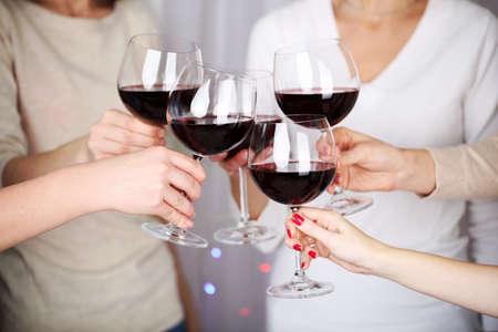 gafas: Manos de mujer con copas de vino de cerca Foto de archivo