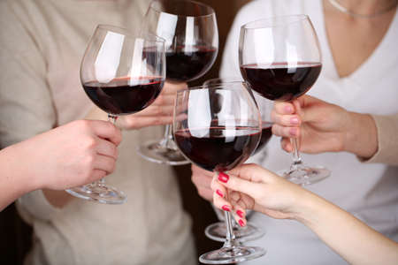 vino: Manos de mujer con copas de vino de cerca Foto de archivo