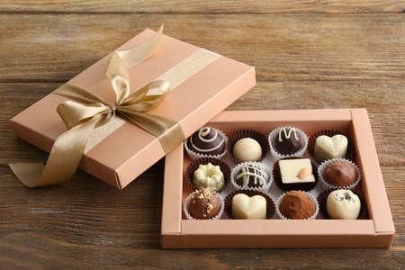 Heerlijke chocolade snoepjes in geschenkdoos op tafel close-up